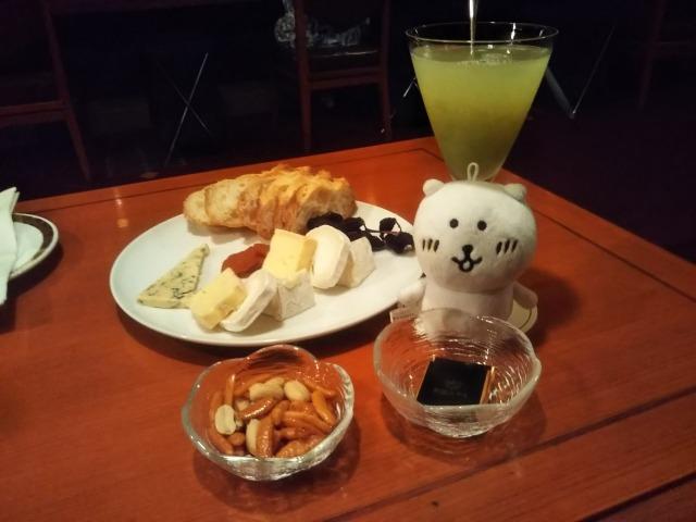帝国ホテルBARの季節のカクテルとチーズの盛り合わせ